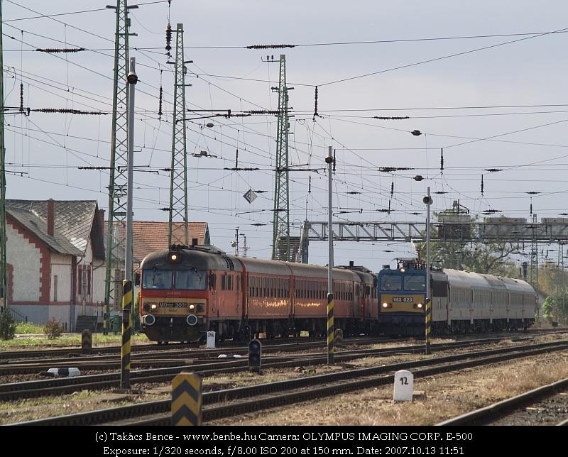 MDmot 3031 és V63 023 versenyez Debrecen állomás elején fotó