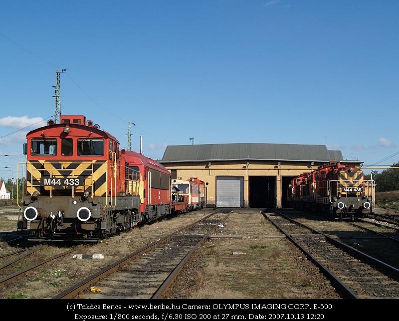 M44 433 és M44 435 Debrecen fûtõháza elõtt fotó