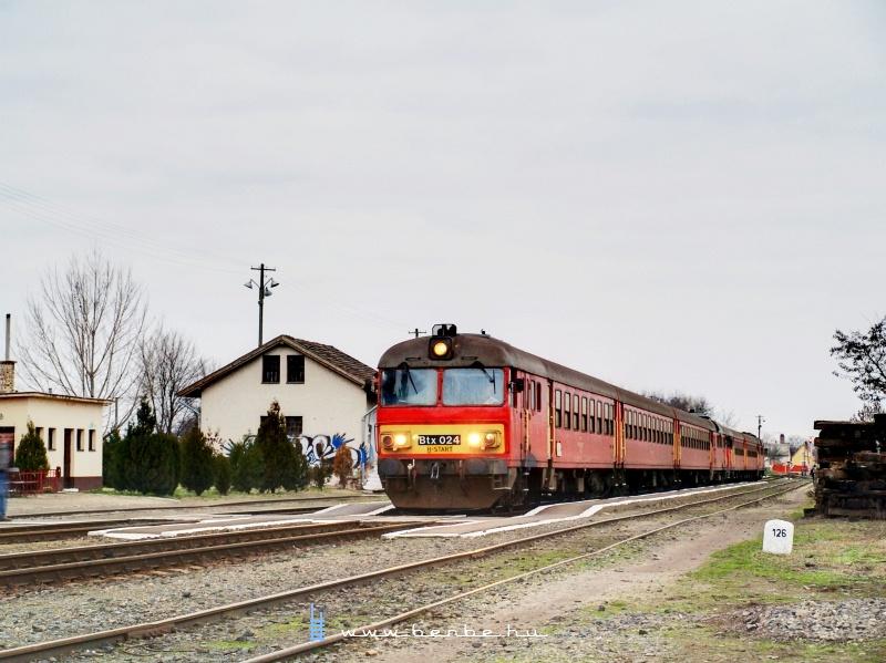 Btx 024 egy csatolt MDmot motorvnati szerelvény élén Sáránd állomáson fotó