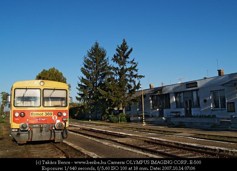 Bzmot 369 Csenger állomásépülete elõtt fotó