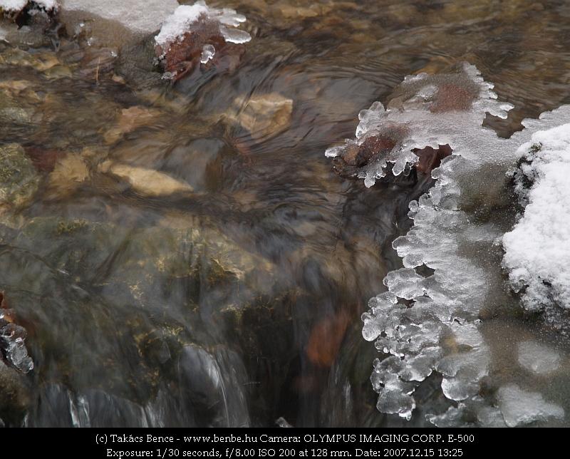 Borsószerûen növekvõ jégcsapok a sebes Cuha-patakban fotó