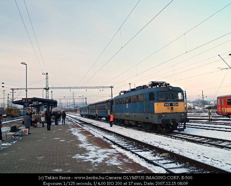 V43 1234 Veszprém állomáson - szerelvénye majd szombathelyi személyvonat lesz fotó