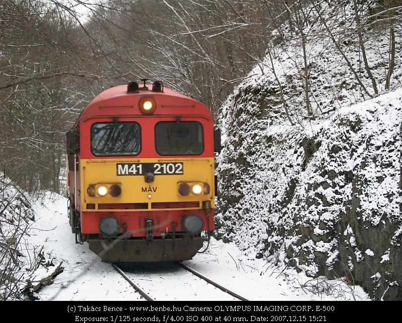 M41 2102 Vinye elõtt kanyarog a havas pályán fotó