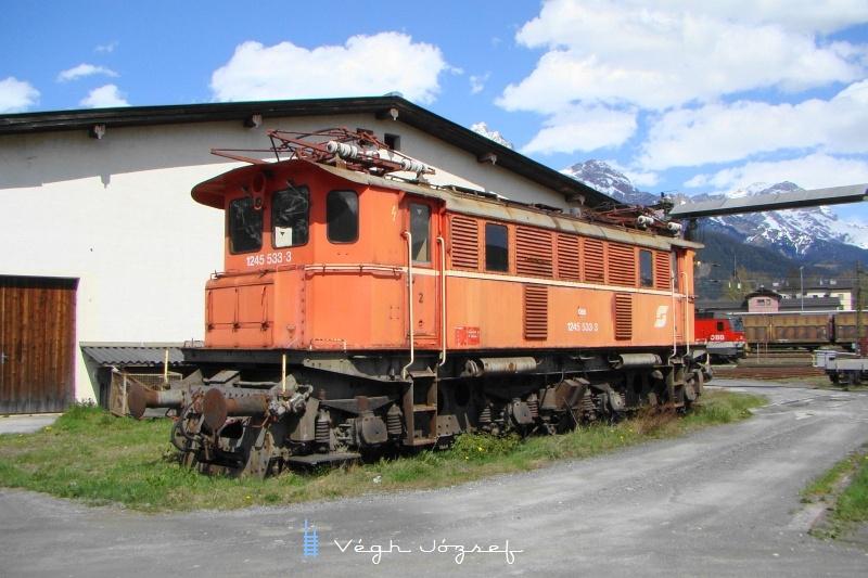 83 tonna ócskavas, pedig évtizedekig nagy szükség volt 1840KW teljesítményére és 200Kn vonóerejére, 80km/ó sebessége is elegendő volt a tehervonatok vonatásához fotó