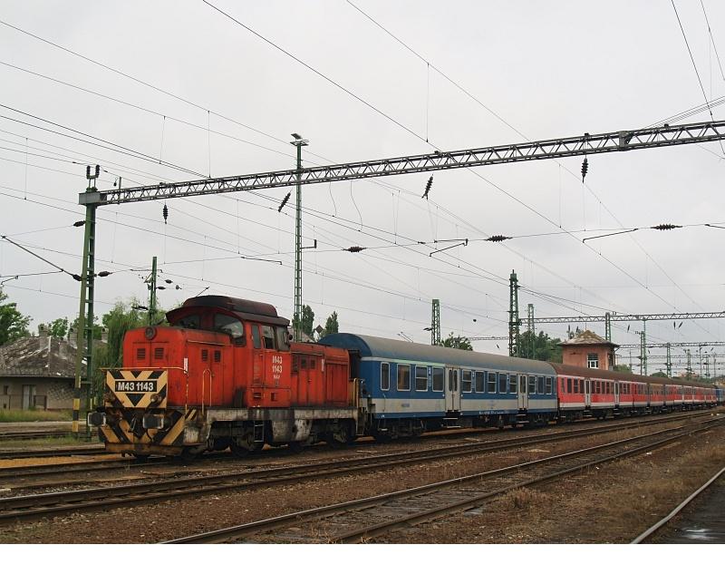 M43 1143 folyamatosan rakja össze az újabb vonatokat fotó