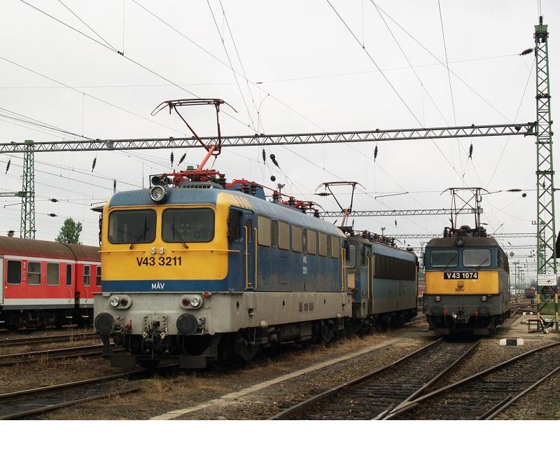V43 3211 és 1074 a nagykanizsai fûtõházban fotó