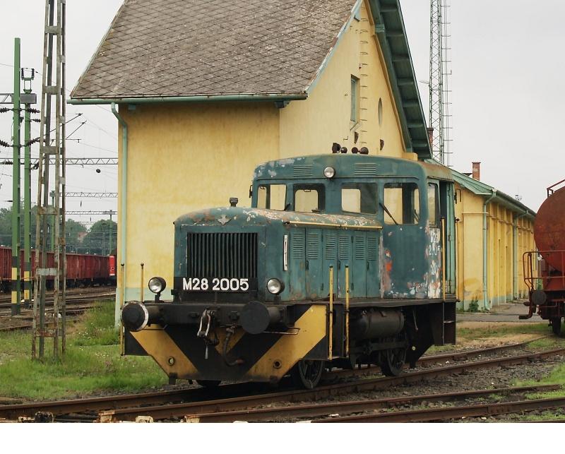 M28 2005 a lebombázott mozdonyszín egyik mementója elõtt fotó