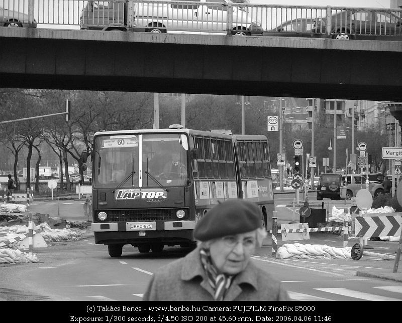 Szlalomozó autóbusz fotó