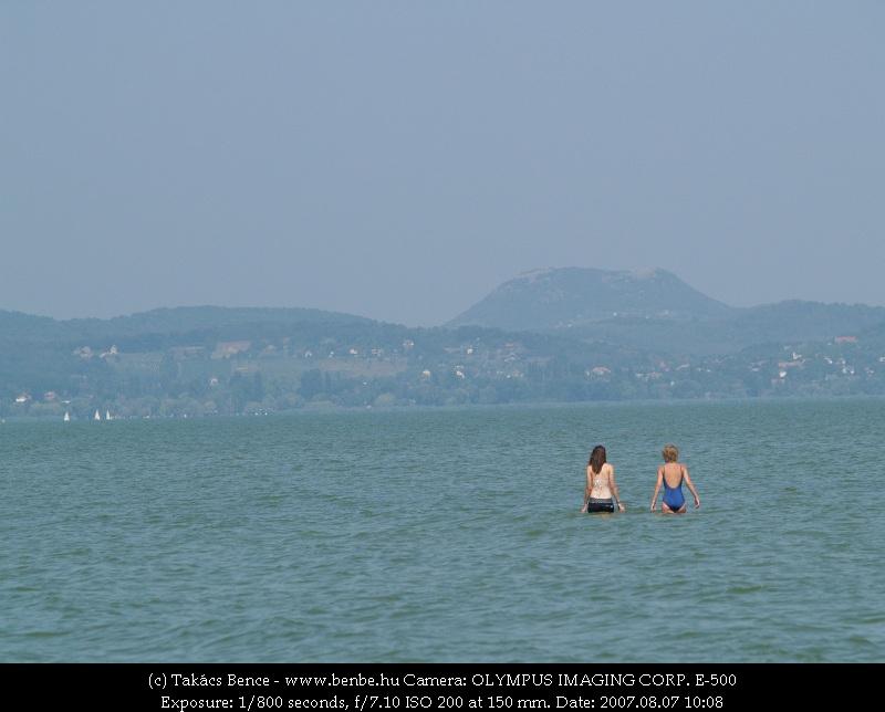 A Balaton, a háttérben a Küszöb-orommal fotó