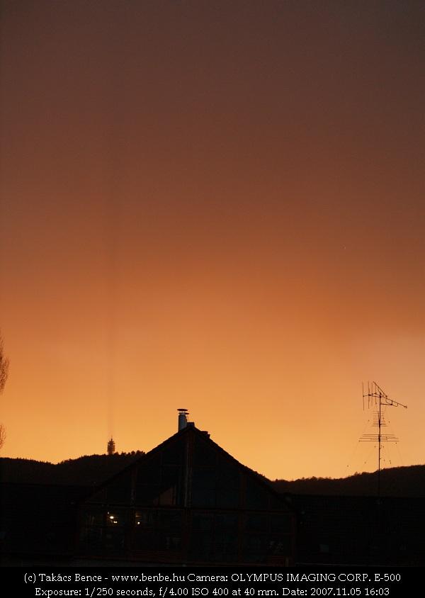 Érdekes, ahogy a naplementétõl arany színû felhõt végighasítja a katonai átjátszóállomás fotó