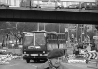 An autobus slaloming