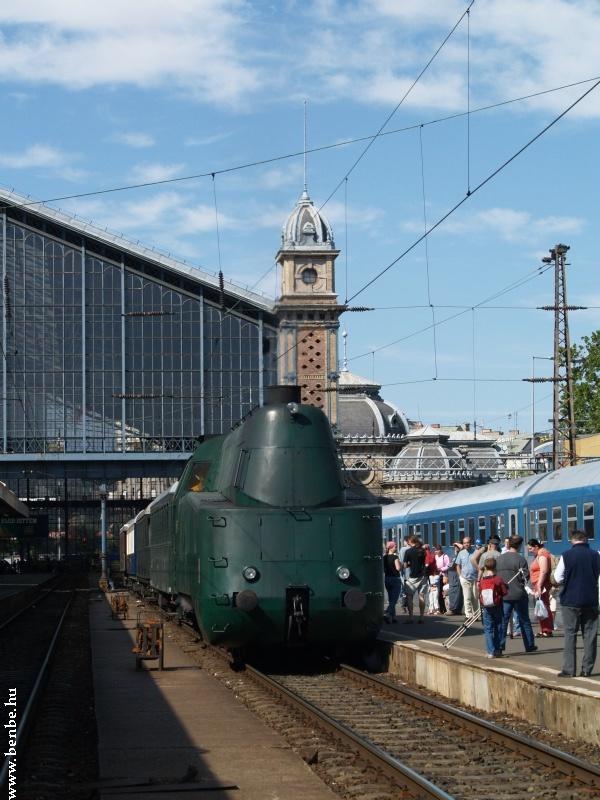 A 242-es a Nyugati pályaudvaron fotó