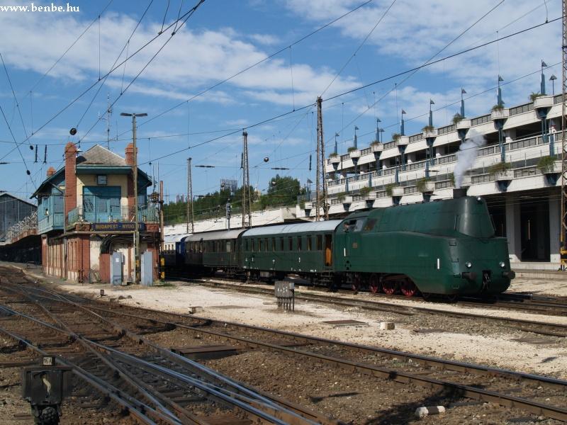 A 242-es áramvonalas gõzmozdony a Nyugati pályaudvaron fotó
