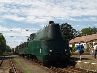 The class 242 streamlined steam locomotive at G�d station