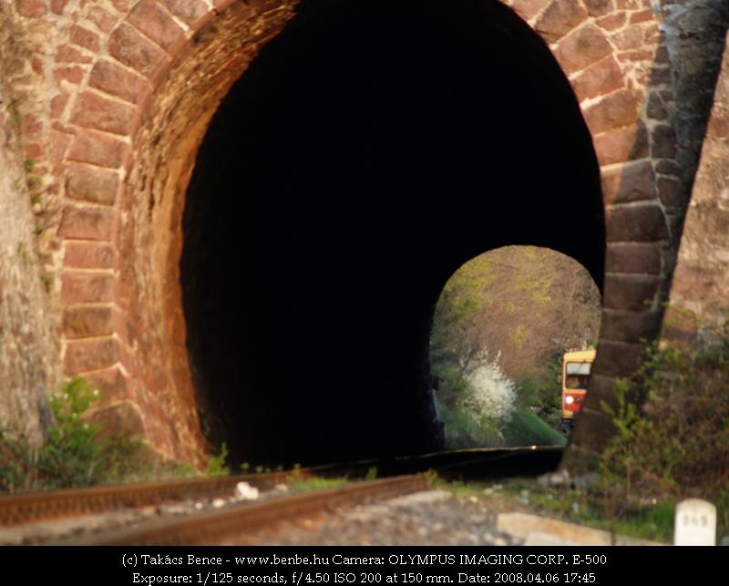 Bzmot 373 kacsint bele a balatonakarattyai alagútba fotó