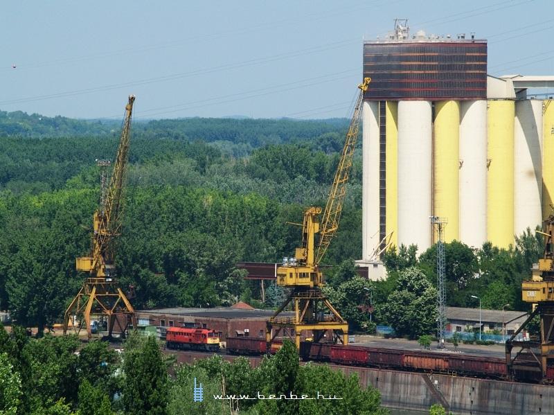 M62 163 Dunaújvárosban, a kikötõben fotó