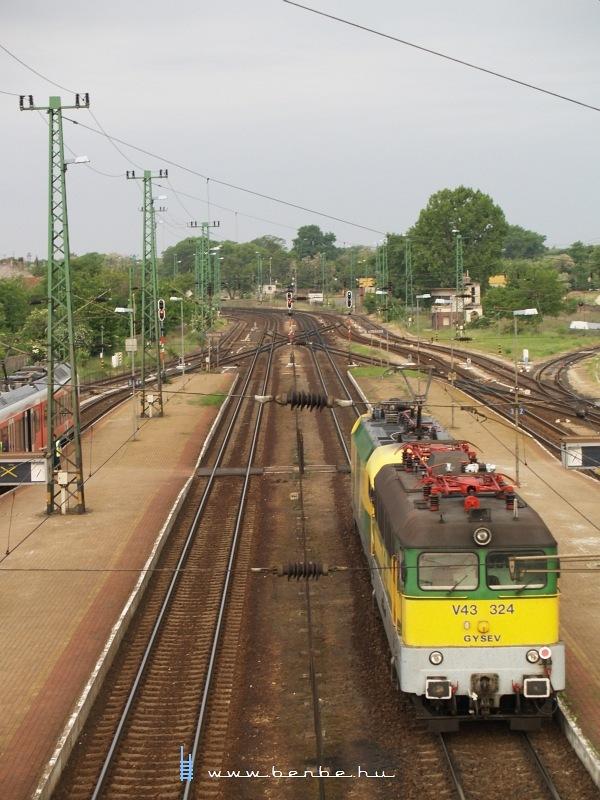 1047 502-8 és V43 324 Komáromban fotó
