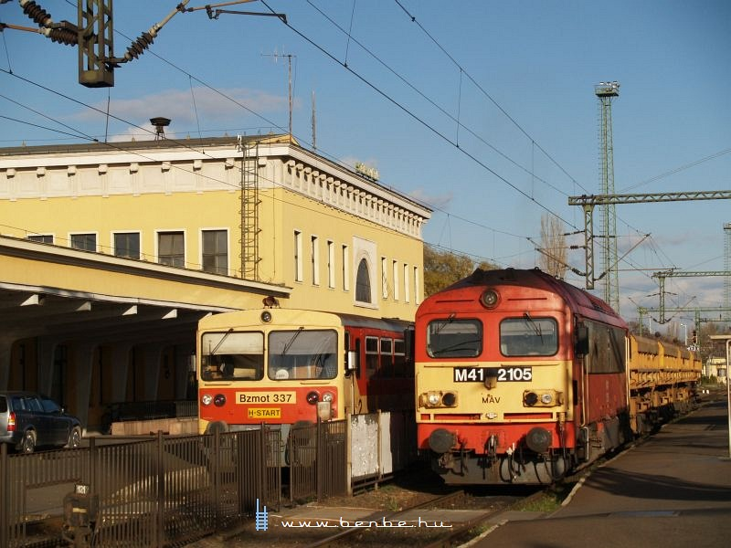 The M41 2105 with a trackbed filler train and Bzmot 337 at Székesfehérvár photo