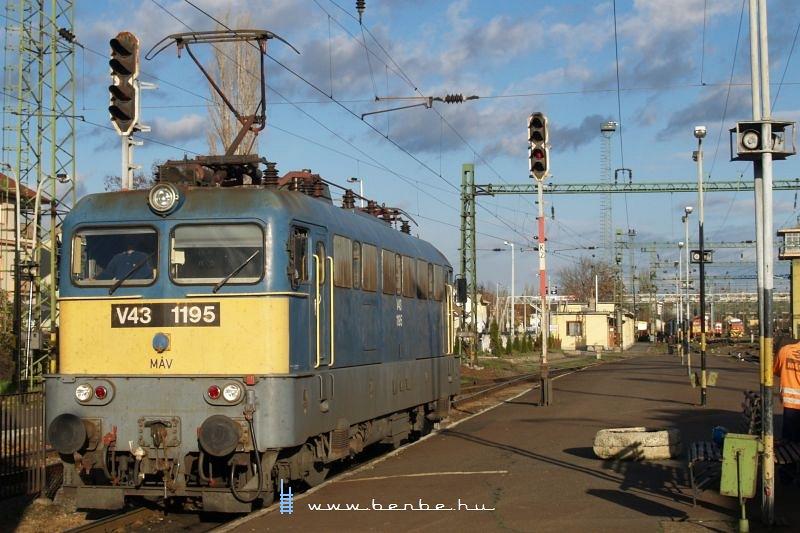 V43 1195 viszi tovább fotó