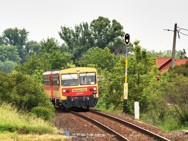 Bzmot 330 Szõny-Déli megállóhelyre érkezik a Komárom-Székesfehérvár személyvonattal fotó