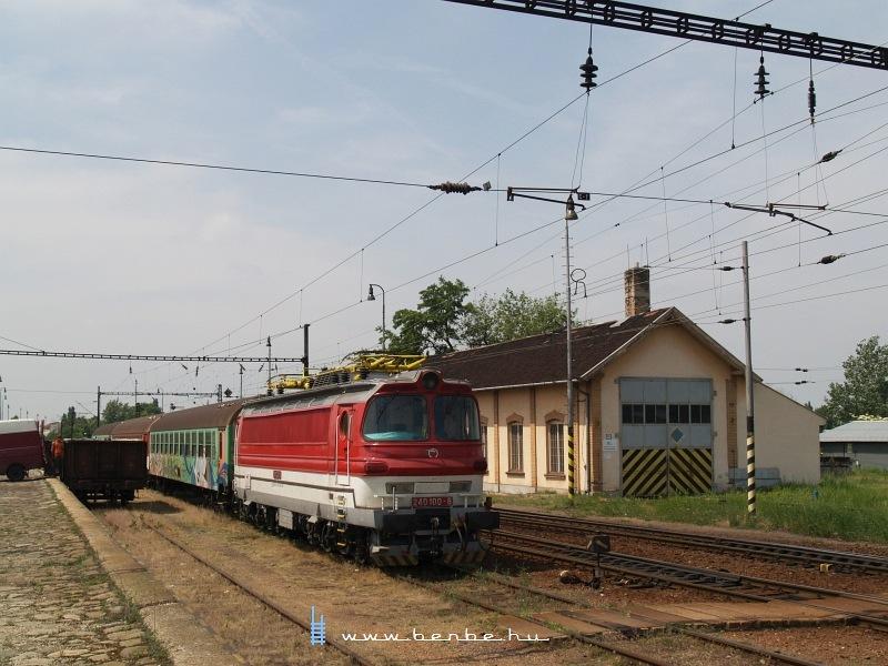 A ZSSK 240 100-8 pályaszámú Laminátkája Észak-Komáromban fotó