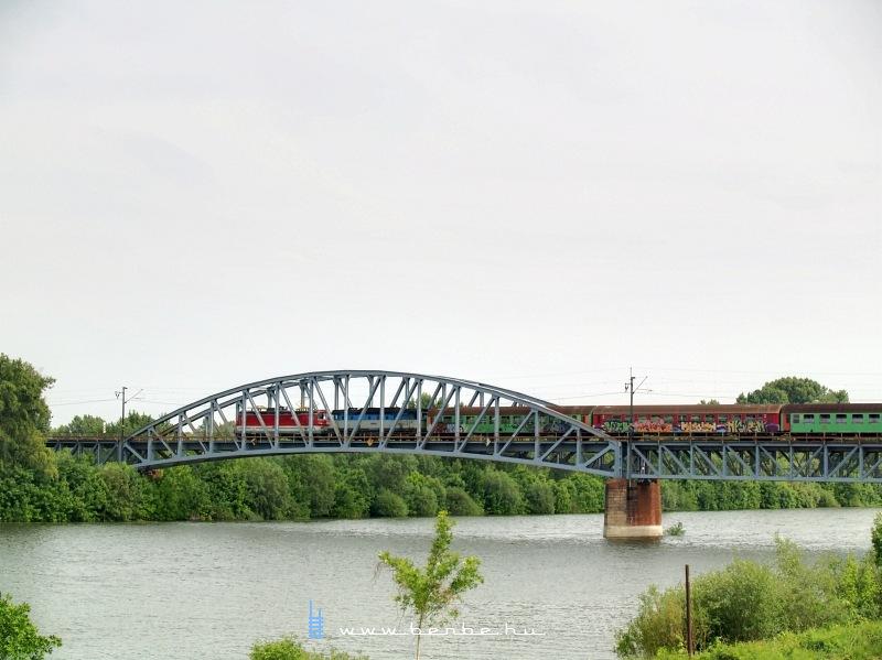 Személyvonat a komáromi Vág-Duna-hídon fotó