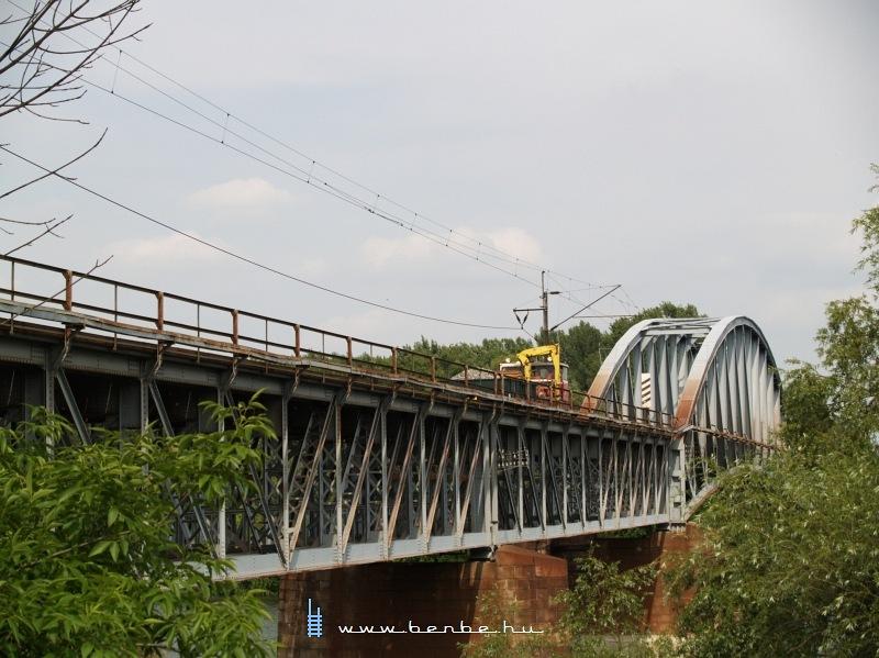 Darus pályafenntartási kiskocsi a komáromi Vág-hídon fotó