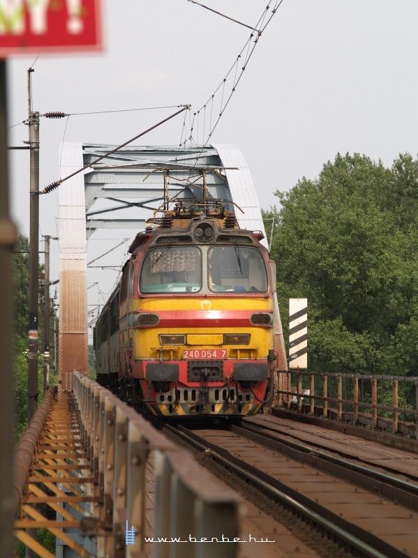 240 054-7 a komáromi Vág-hídon fotó