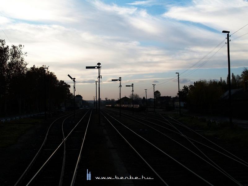 Kisbér állomás hajnalban fotó