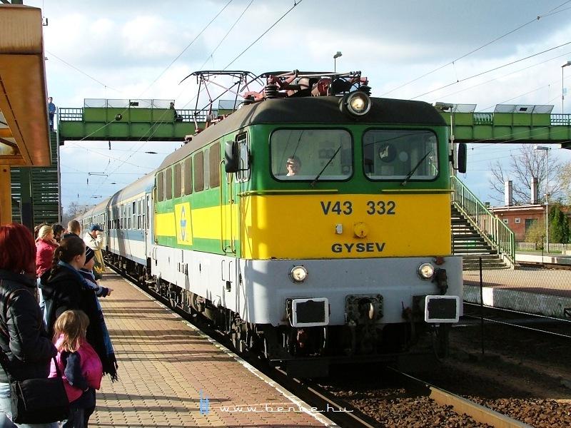 V43 332 Komáromban fotó