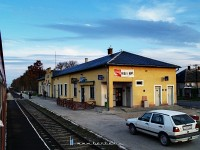 The nicely refurbished station building at Kisb�r