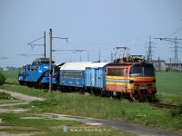 240 083-6, a komromi lland tkel&#337;gp szak-Komromban a hdrl levezet&#337; vgnyon egy trafszlltmnnyal