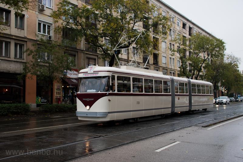 The BKV FVV-csuklós 3720 seen at Fehérvári út photo