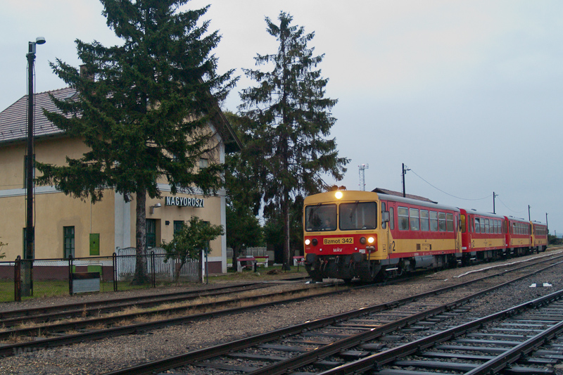 The MÁV Bzmot 342 seen at N photo