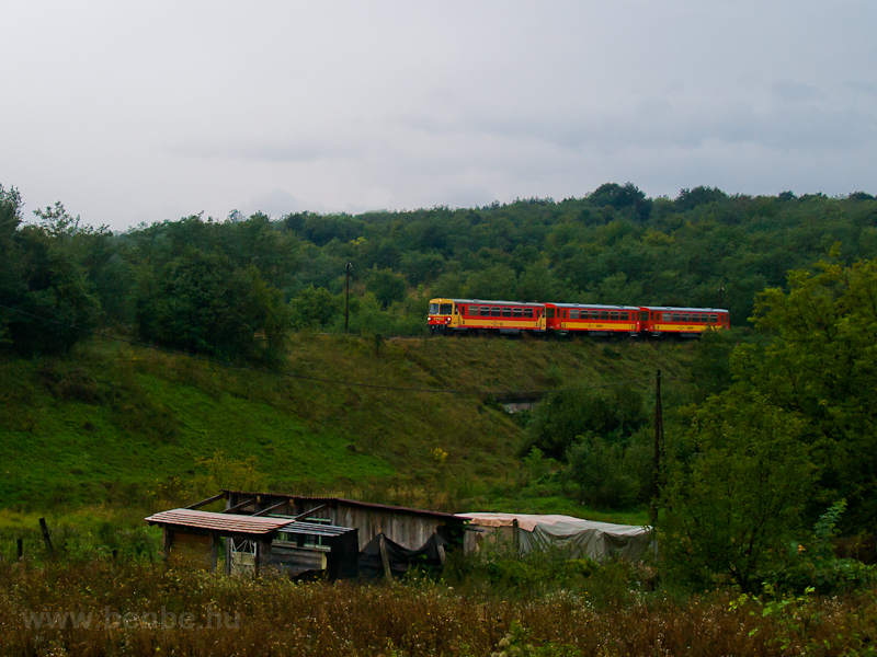 An unidentified MÁV Bzmot  seen between Drégelyvár and Nagyoroszi photo