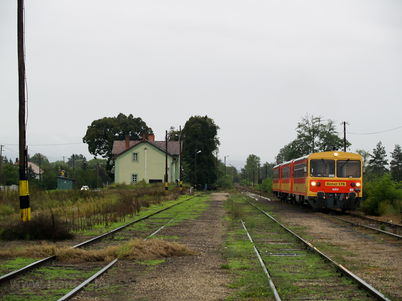 The MÁV Bzmot 176 seen at D photo