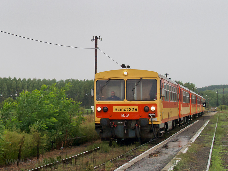 The MÁV Bzmot 329 seen at D photo