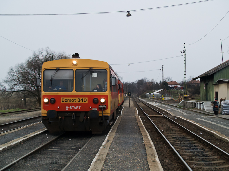 The MÁV Bzmot 340 seen at D photo