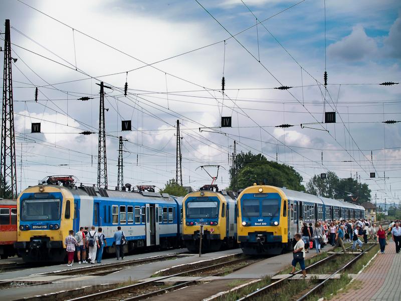 A BDVmot 012, 016 és a BVhmot-hoz tartozó Bmxt 200 a régi Vác állomáson fotó