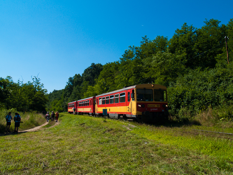 The MÁV Bzmot 181 seen at S photo