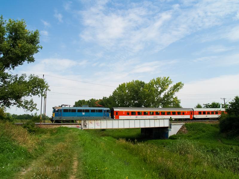 A V43 1369 Hort-Csány és Hatvan között egy régi festésű cseh IC-kocsikból álló InterCity vonattal a Zagyva-hídon  fotó