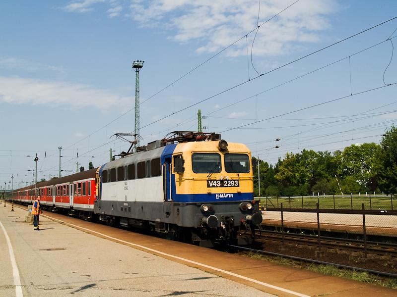A MÁV-TR V43 2293 Hatvan állomáson egy csupapiros Halberstadt-i kocsikból álló Eger-Budapest gyorsvonattal És ez forda szerint volt ilyen! fotó