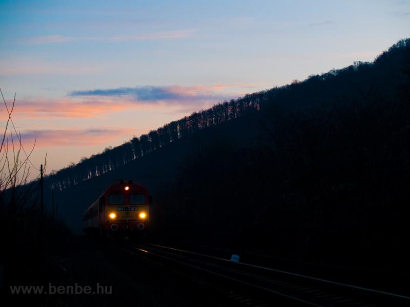 A MÁV-TR M41 2163 Mátraverebély és Tar között az utolsó mozdonyos gyorsvonattal a fölkelő Nap fényeiben  fotó