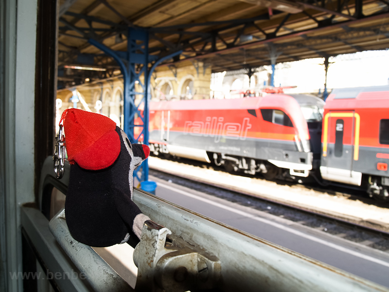 The Mole is looking at a railjet trainset, then a novelty at Budapest-Keleti photo