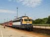 A MÁV-TR V43 2293 Hatvan állomáson egy csupapiros Halberstadt-i kocsikból álló Eger-Budapest gyorsvonattal És ez forda szerint volt ilyen!