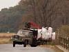 Tatra darus teherautó manőverezik Fülek közelében