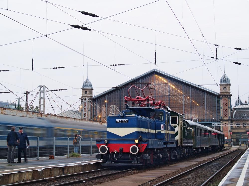 V42 527 Budapest Nyugati ályaudvaron fotó