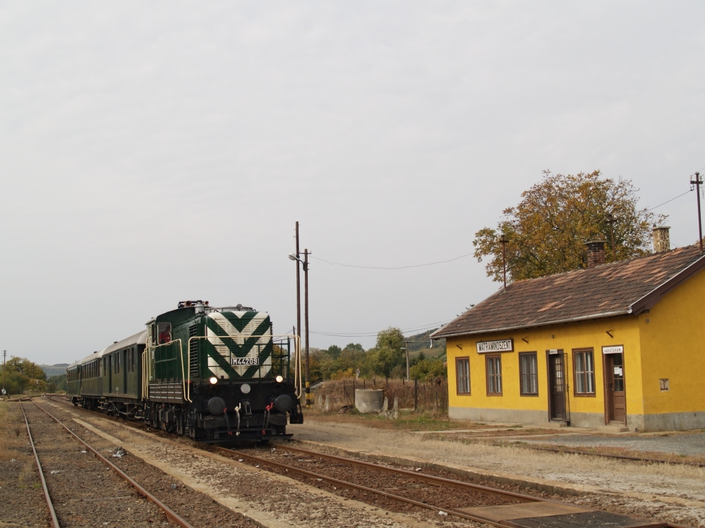 The M44 209 at Mtramindszent station photo