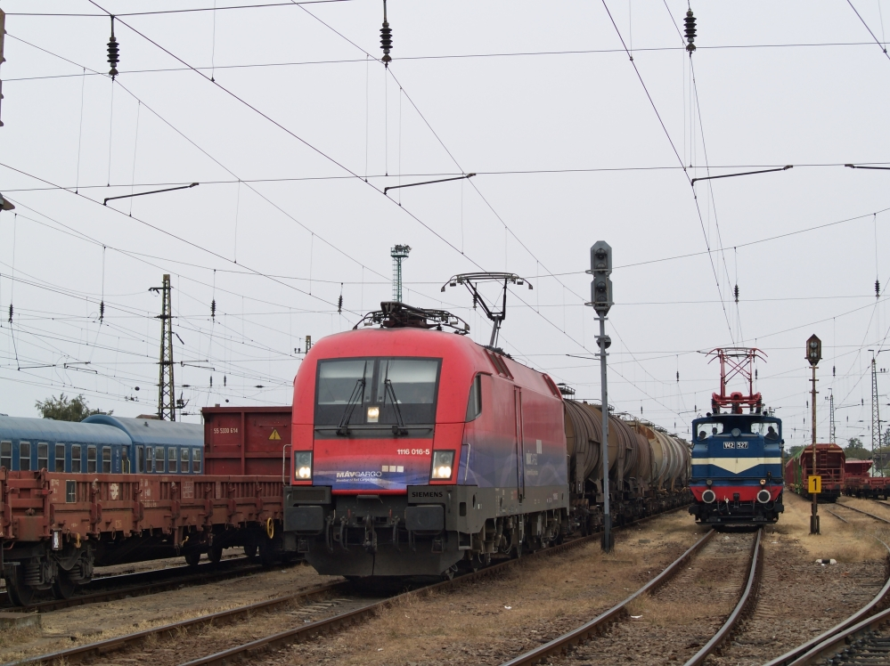 The M�V-Cargo 1116 016-5 and V42 527 at K�l-K�polna station photo