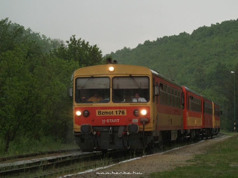 Bzmot 176 Szarvaskõ állomáson a zuhogó esõben fotó